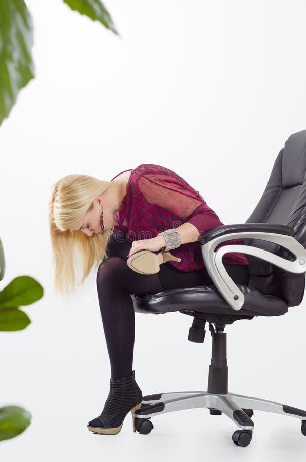 Härlig affärskvinna som gör yogasträckning arkivfoto