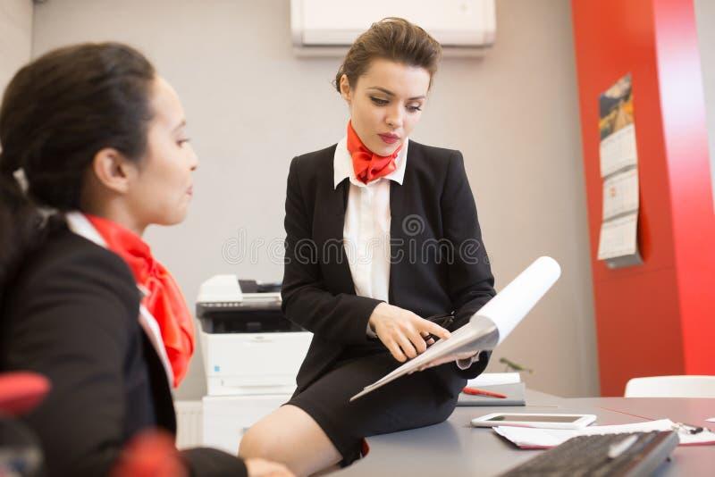 Härlig affärskvinna som i regeringsställning arbetar royaltyfri foto