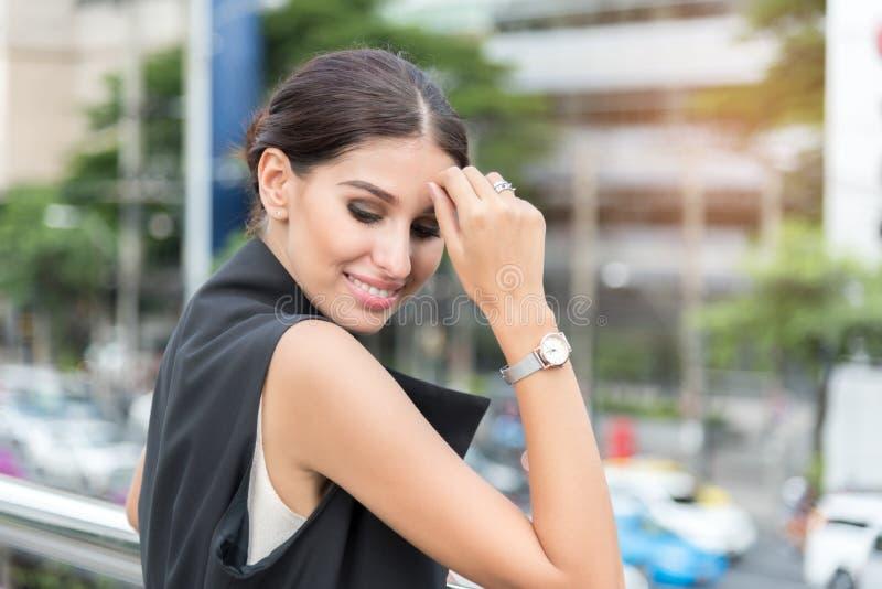 Härlig affärskvinna som poserar, ståendestilfoto, affärsidé royaltyfri fotografi