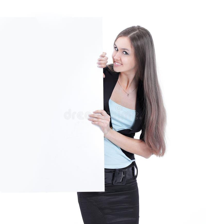 Härlig affärskvinna som ser den tomma affischen royaltyfri bild