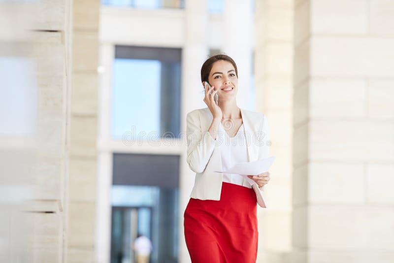 Härlig affärskvinna Speaking vid Smartphone arkivbilder