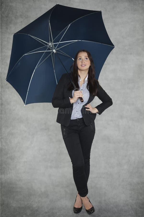 Härlig affärskvinna under paraplyet royaltyfri bild