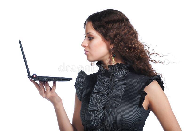härlig affärskvinnabärbar dator royaltyfri bild