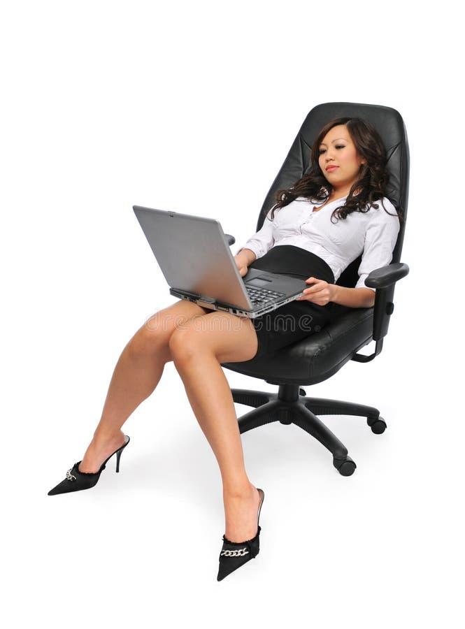 härlig affärskvinnabärbar dator fotografering för bildbyråer