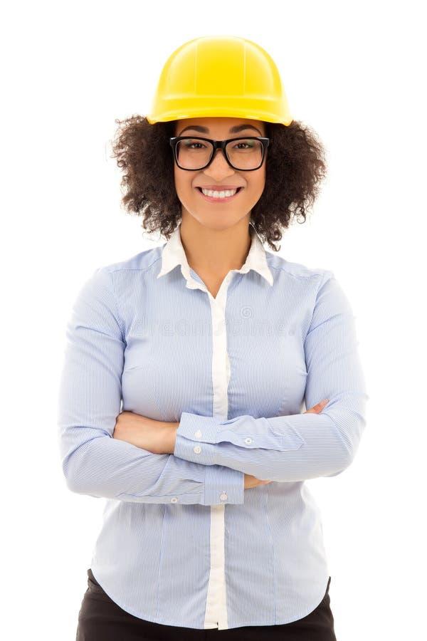 Härlig afrikansk amerikanaffärskvinna i byggmästarehjälmisolator royaltyfri fotografi
