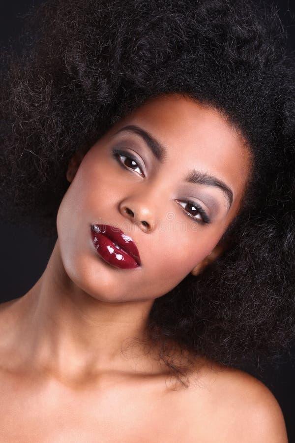 Härlig afrikansk amerikansvart kvinna royaltyfri foto