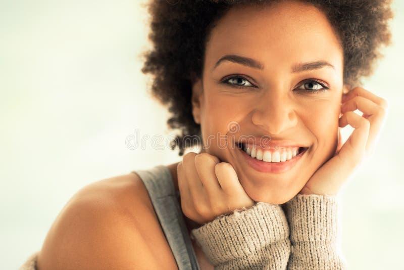 Härlig afrikansk kvinna royaltyfri bild