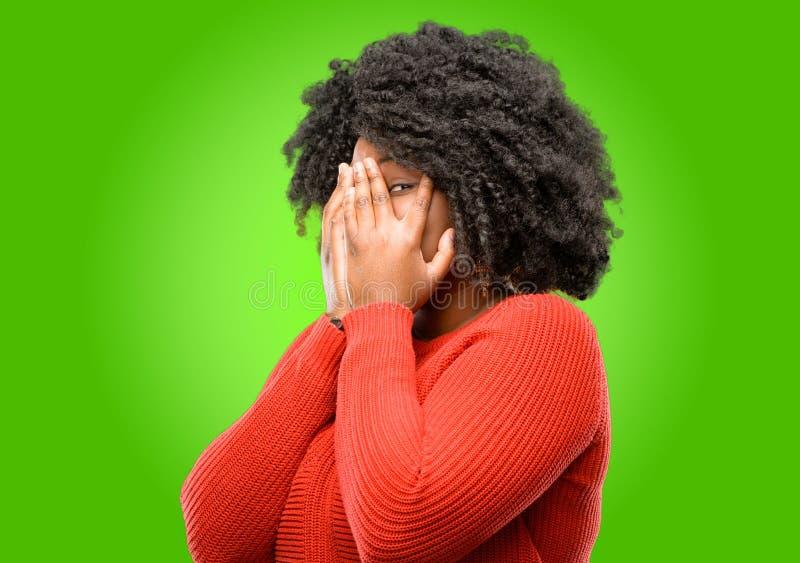 Härlig afrikansk kvinna med lockigt hår som isoleras över grön bakgrund royaltyfri fotografi