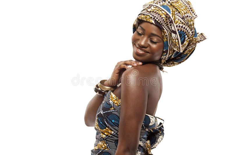 Härlig afrikansk modemodell i traditionell klänning. royaltyfria bilder