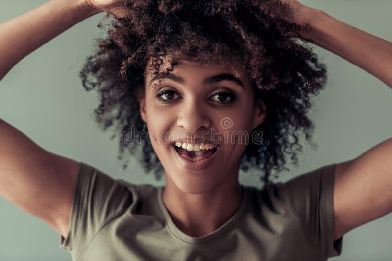 Härlig afro- amerikansk flicka arkivfoton