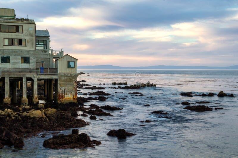 Härlig aftonhimmel och gamla kust- byggnader i Monterey, Kalifornien royaltyfri fotografi