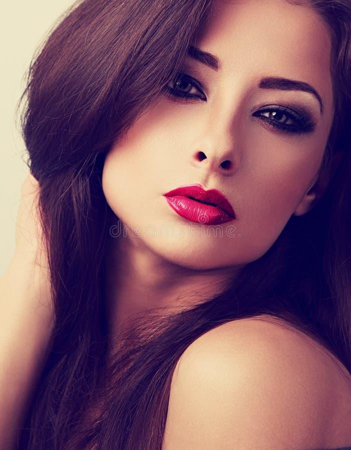Härlig aftonmakeupkvinna med röd läppstift som ser sexig C fotografering för bildbyråer