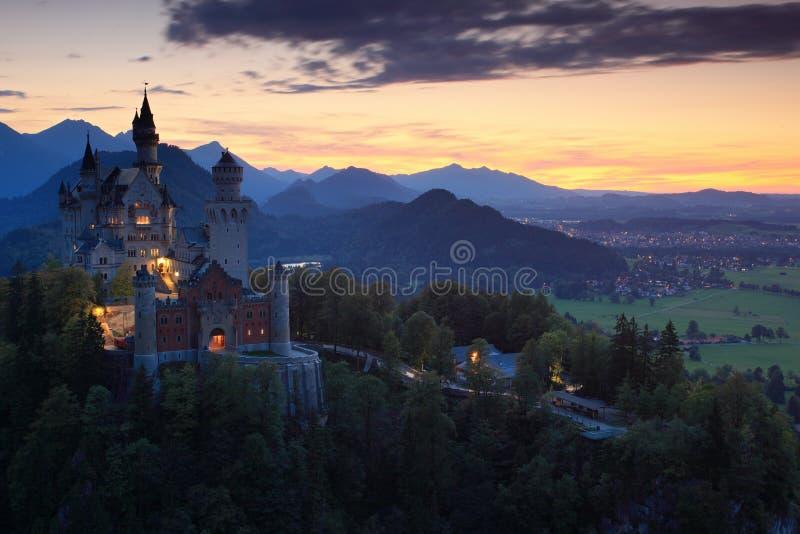 Härlig aftonsikt av den Neuschwanstein slotten, med höstfärger under solnedgång, bayerska fjällängar, Bayern, Tyskland royaltyfria bilder