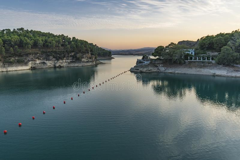 Härlig aftonsikt av sjön Ardales Landskap av Malaga arkivfoton