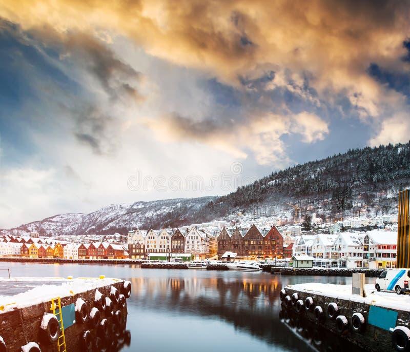 Härlig aftonsikt på fjärden och Bergen i Norge fotografering för bildbyråer