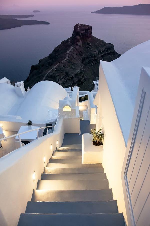 Härlig aftonsolnedgångsikt av grekisk arkitektur, trappa till havet, sikt av calderaen Santorini ö, berömd grekisk semesterort royaltyfria foton