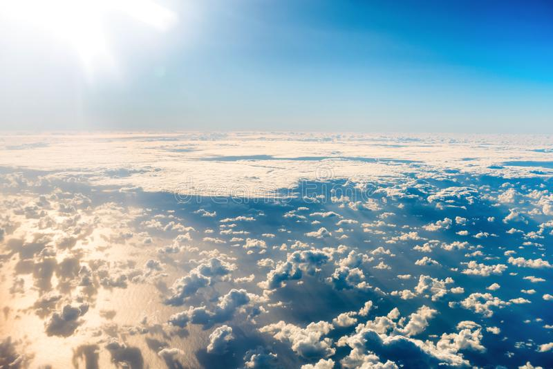 Härlig airview med blå himmel, vita moln och solstrålar arkivfoto