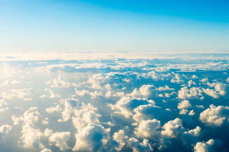 Härlig airview med blå himmel, vita moln och solstrålar royaltyfri bild