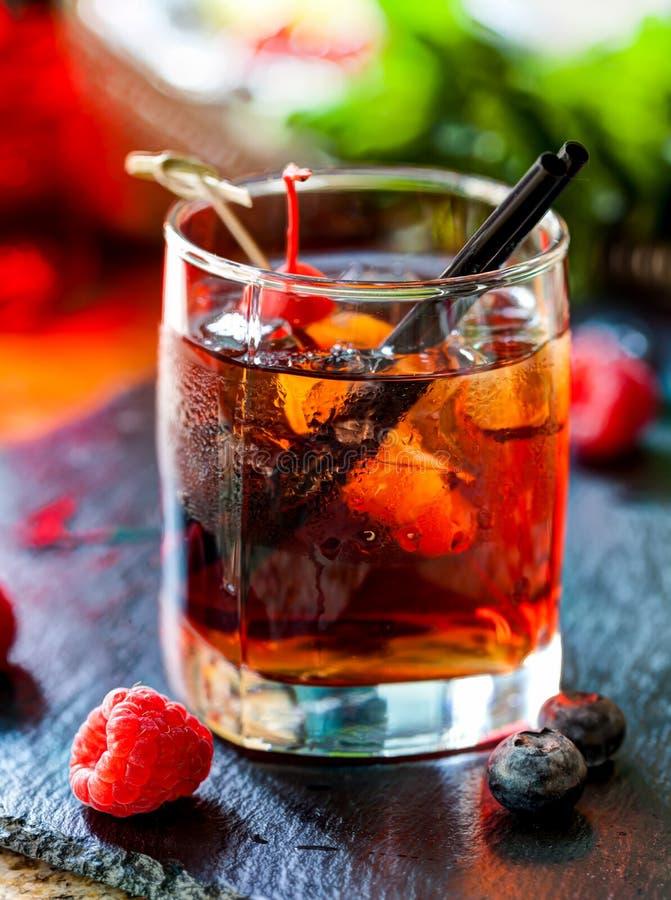 Härlig alkoholcoctail med körsbäret och hallon royaltyfria bilder