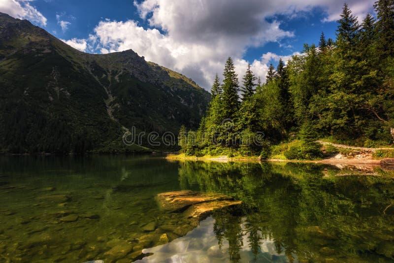 Härlig alpin sjö i bergen, sommarlandskap, Morske Oko, Tatra berg, Polen arkivbilder