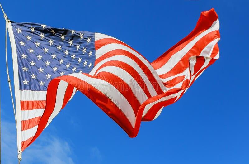 Härlig amerikanska flaggan för jumbo på ett flyg mot en himmel royaltyfri bild