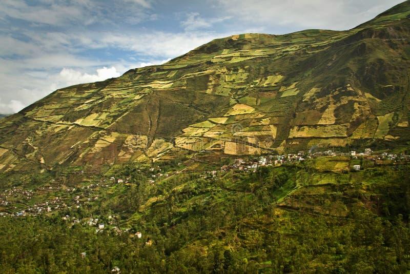 Härlig andean stad av Cañar i Azogues Ecuador royaltyfri foto