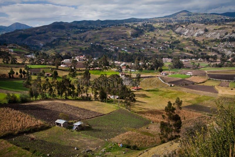 Härlig andean stad av Cañar i Azogues Ecuador arkivfoto