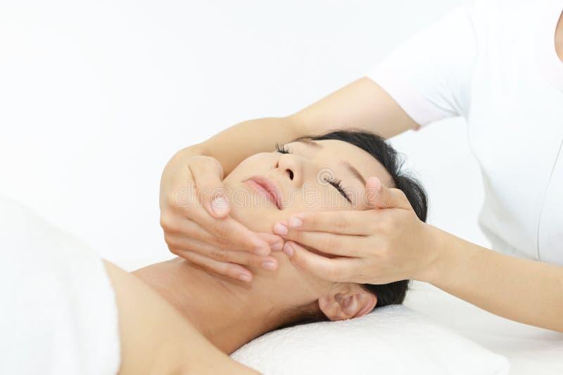 härlig ansikts- massage som mottar kvinnabarn royaltyfria foton