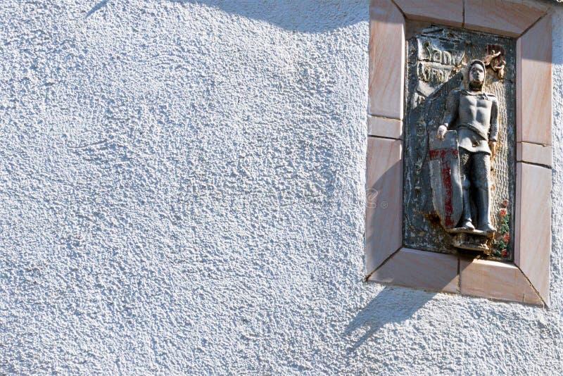 Härlig antik lättnadsbild av helgonet på den vita väggen arkivbilder