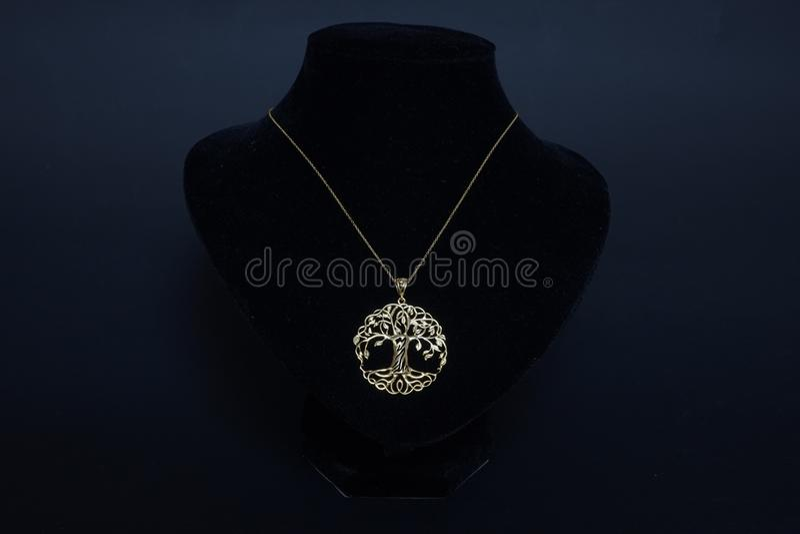 Härlig antik orientalisk turkisk guld- kedja för smyckenkvinna` s med handgjord svart bakgrund för hänge royaltyfria bilder