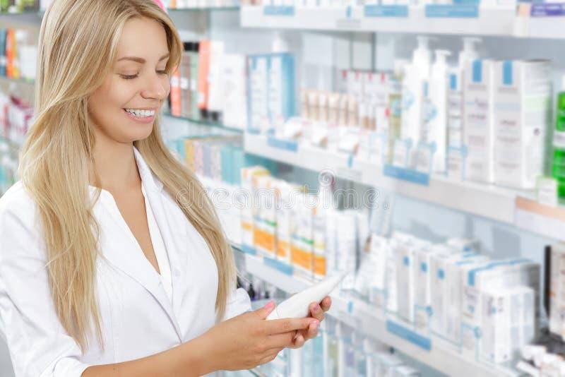 Härlig apotekare som väljer produkten royaltyfri fotografi