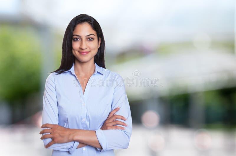 Härlig arabisk affärskvinna med korsade armar royaltyfria bilder