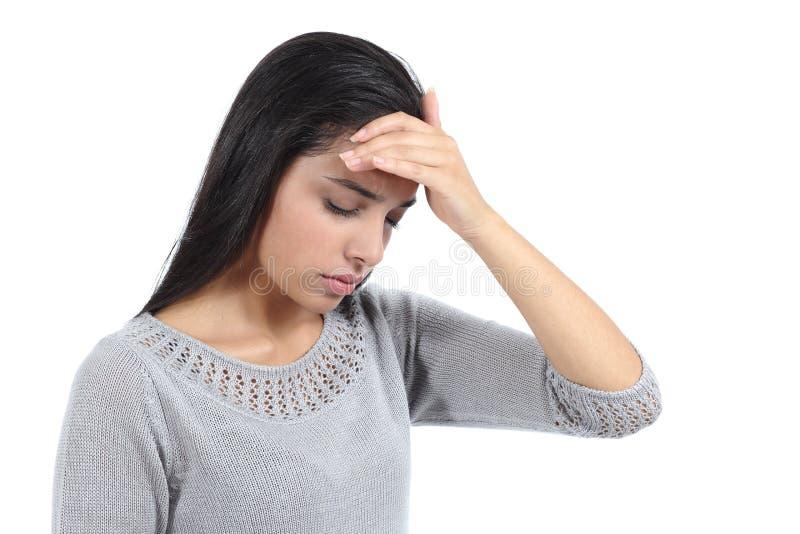 Härlig arabisk kvinna med huvudvärk och handen över pannan fotografering för bildbyråer