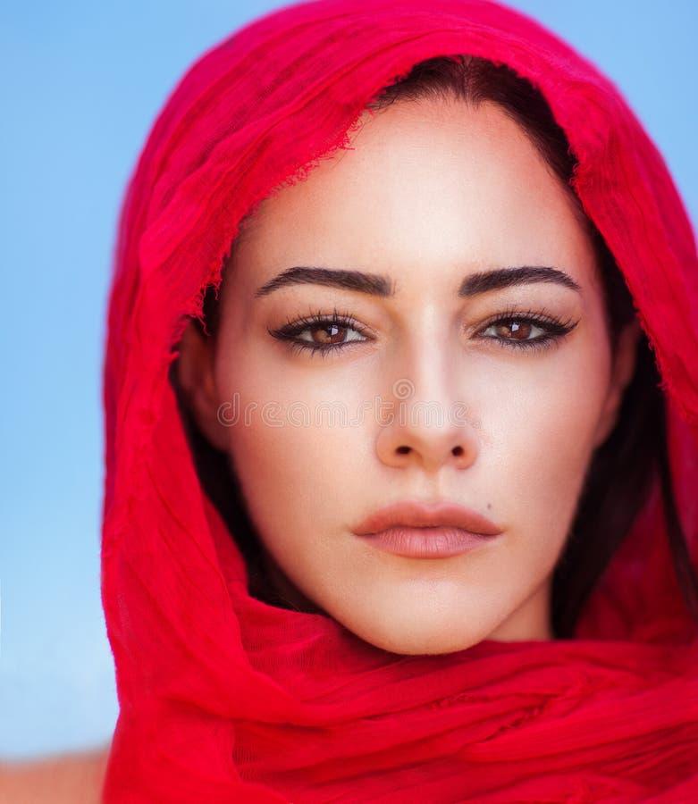 Härlig arabisk kvinnastående arkivfoto