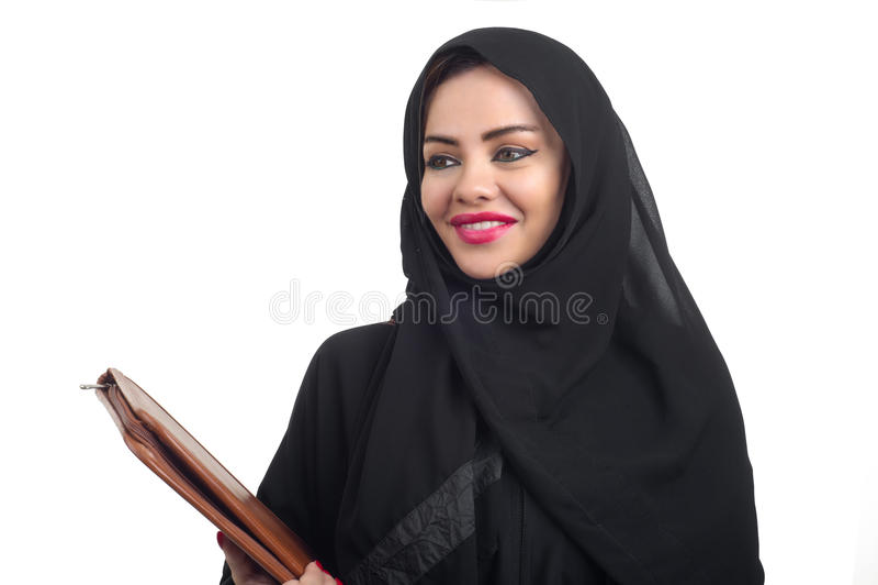 Härlig arabisk modell i hijab som rymmer en mapp isolerad på whit royaltyfri foto