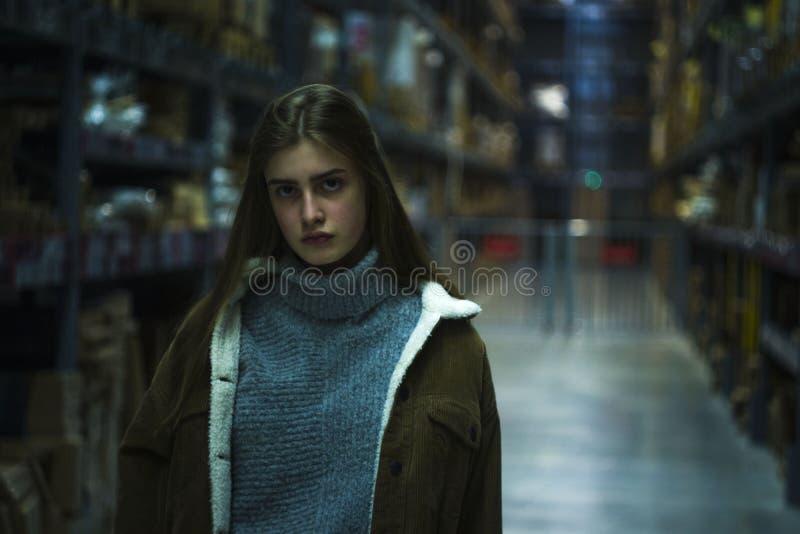 härlig arbetare för ung kvinna av möblemanglagret arkivfoto
