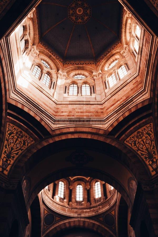 Härlig arkitektonisk inredesign av ett domkyrkatak i Marseille, Frankrike royaltyfria bilder