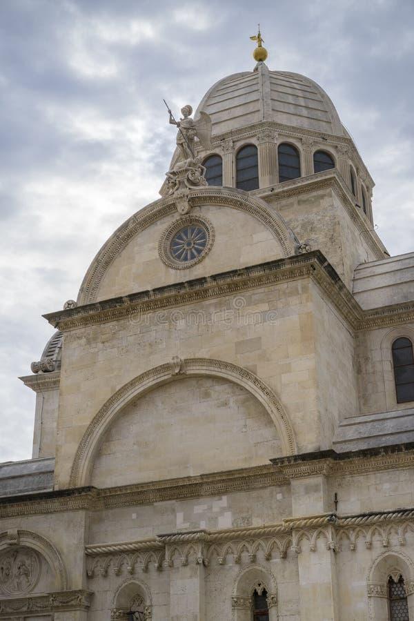 Härlig arkitektur av den älskvärda gamla kyrkan och domkyrkan St James i staden av sibenikKroatien royaltyfri bild