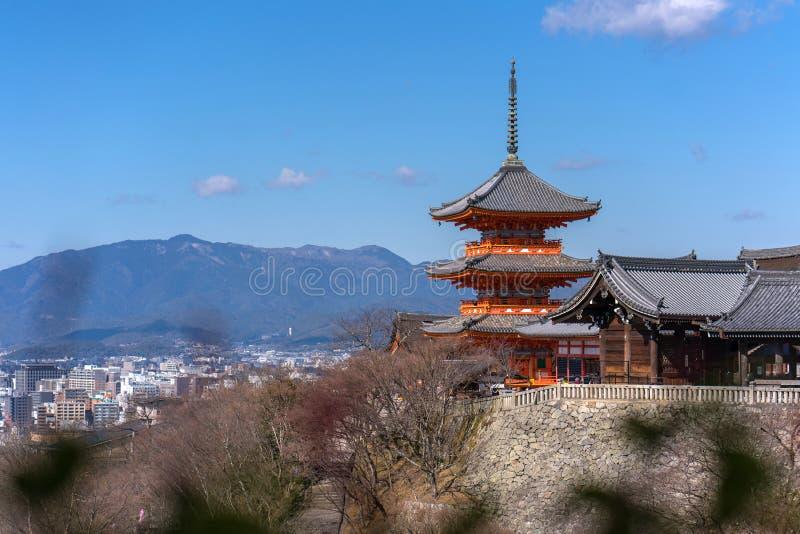 Härlig arkitektur för röd pagod i den Kiyomizu deratemplet, Kyoto arkivfoto