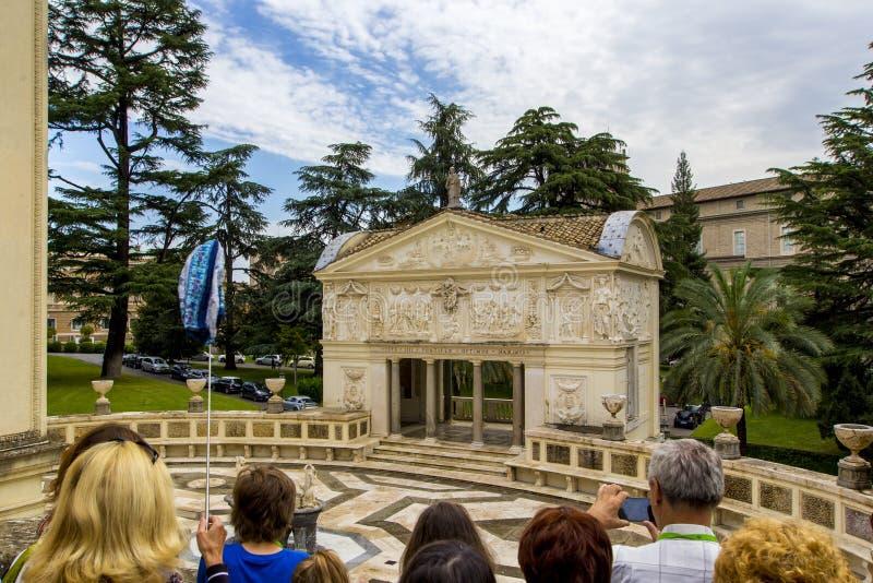 Härlig arkitektur med landskap i Vaticanen arbeta i trädgården, den Vatican City, Rome, Italien utfärden för turister, Vaticanen, arkivfoton