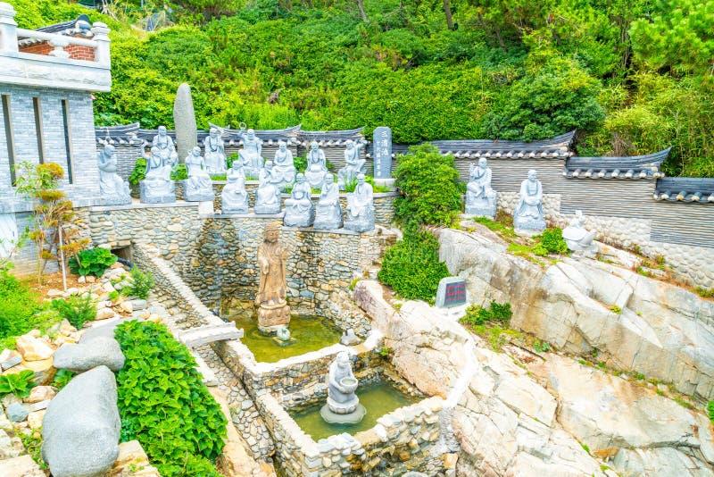 Härlig arkitektur på den Haedong Yonggungsa templet sitter på a royaltyfri fotografi