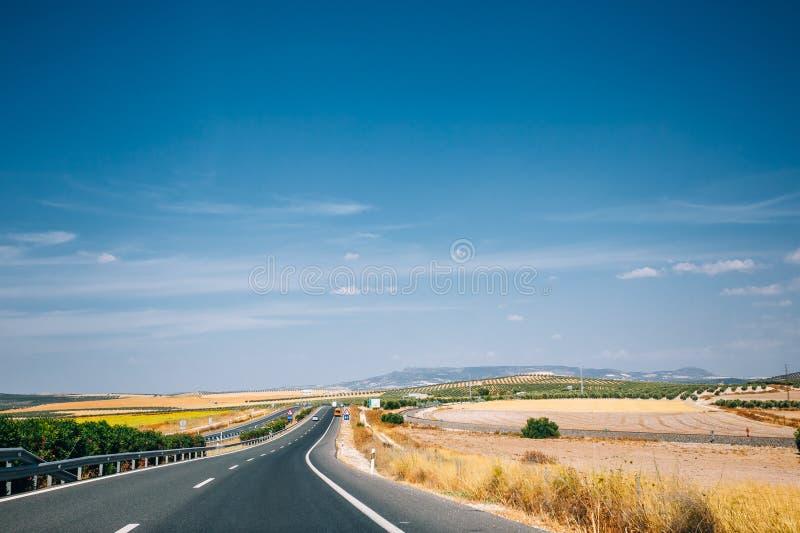 Härlig asfaltmotorväg, motorway, huvudväg i Andalusia, Spanien royaltyfria bilder