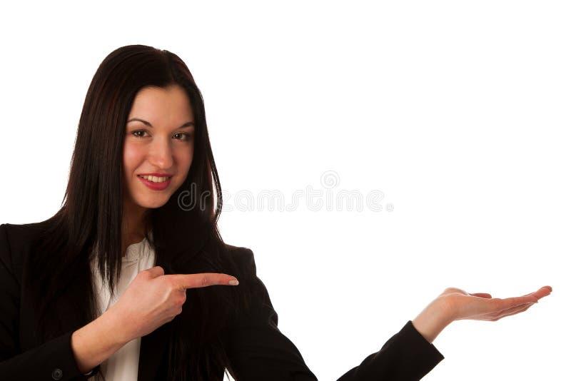 Härlig asiatisk affärskvinna som pekar in i kopieringsutrymme - försäljningar royaltyfri foto