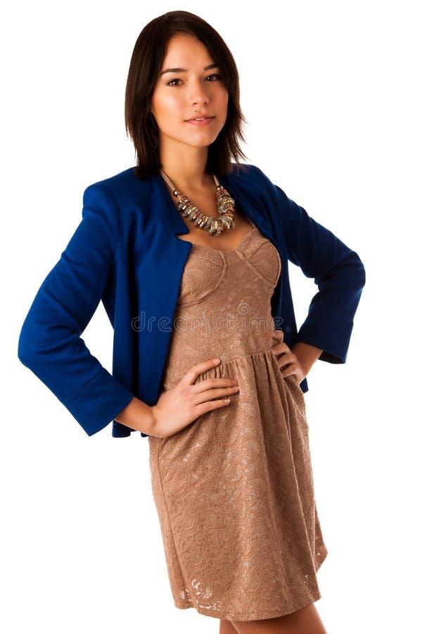 Härlig asiatisk caucasian kvinna i stående för affärsklänningstudio arkivfoto