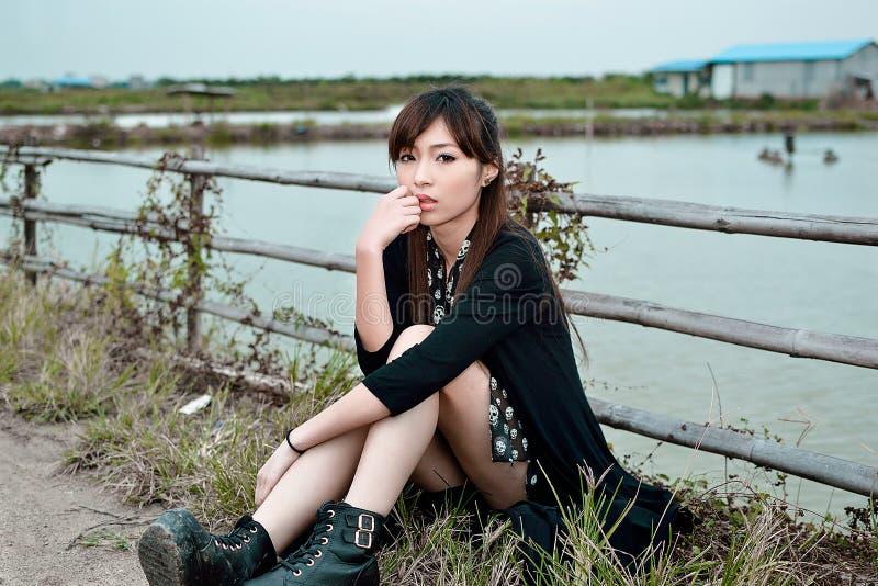 Härlig asiatisk flicka i landet i aftonen royaltyfria foton