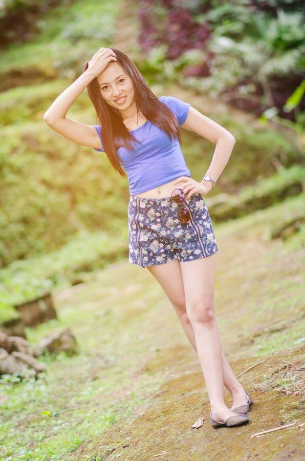 Härlig asiatisk flicka i sommartid royaltyfri foto