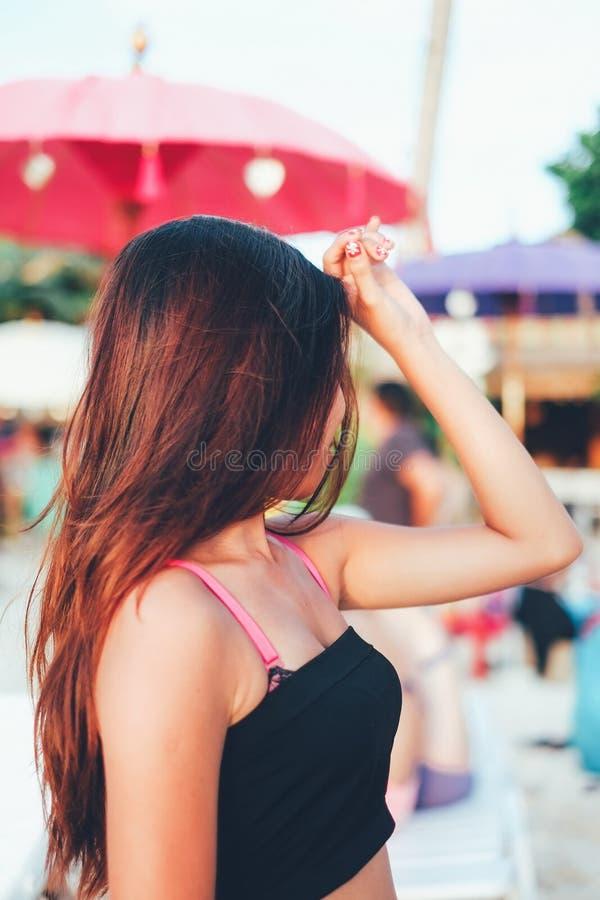 Härlig asiatisk flicka i varm sommartidsemester på stranden, arkivbilder