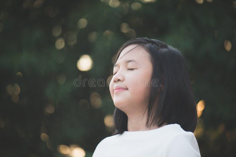 Härlig asiatisk flicka med stängda ögon royaltyfri foto