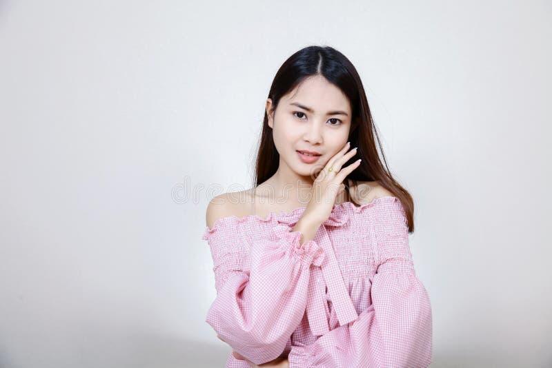 Härlig asiatisk flicka med sund hud Skincare begrepp Härlig le ung asiatisk kvinna med rengöring, nytt, glöd och perfec arkivbild