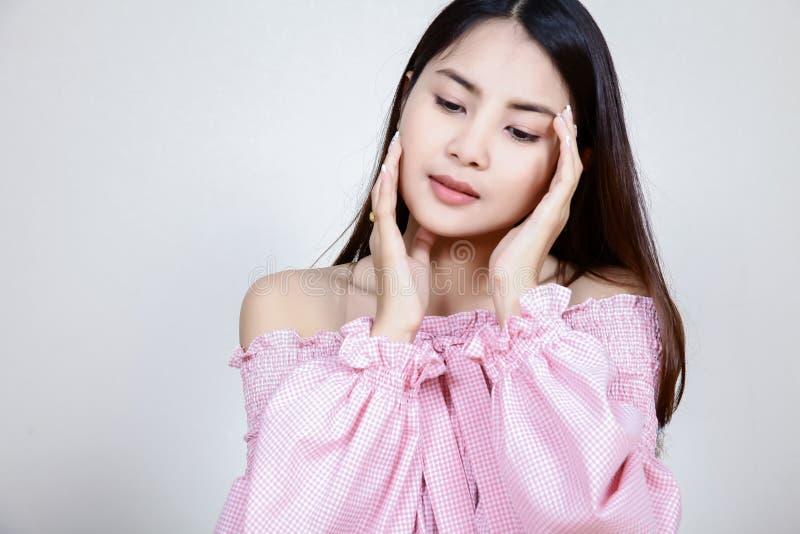 Härlig asiatisk flicka med sund hud Skincare begrepp Härlig le ung asiatisk kvinna med rengöring, nytt, glöd och perfec arkivfoton